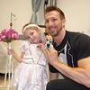 Une petite fille atteinte d'une leucémie « se marie » avec son infirmier !