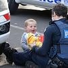 Ce policier essaye de détourner l'attention d'un petit garçon dont la mère est coincée sous une voiture