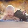 Un bouledogue et un bébé nés le même jour deviennent les meilleurs amis !