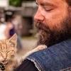 Un motard trouve un petit chaton brûlé et décide de l'adopter !