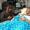 Johnny Depp rend visite à des enfants à l'hôpital !
