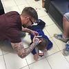 Ce coiffeur se plie en 4 pour couper les cheveux d'un petit garçon autiste !