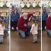 Cette petite fille confond un client du magasin habillé en rouge avec... le Père Noël !